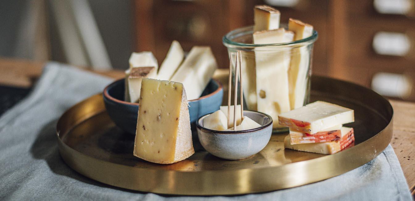 5 Sorten Käse auf einer Platte hergerichtet